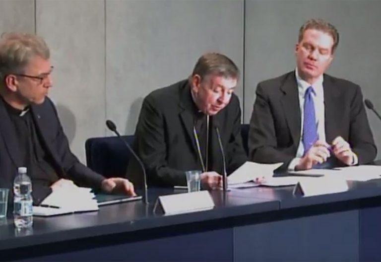 El cardenal Koch con el secretario de la WCC en la sala stampa por el viaje a suiza del papa