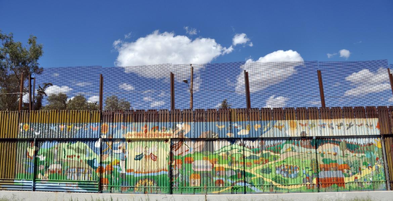 Roberto McElroy critica la construcción del muro que separa México de EEUU