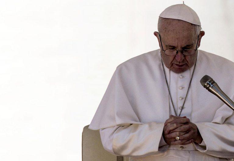 El papa Francisco reza durantela audiencia general del 14 de marzo de 2018