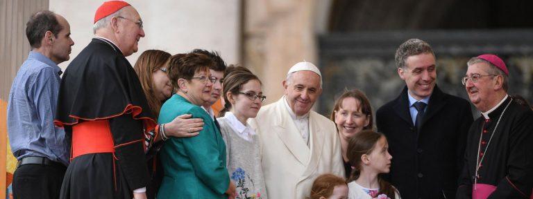 el papa con dos familias irlandesas durante la audiencia general del 21 de marzo