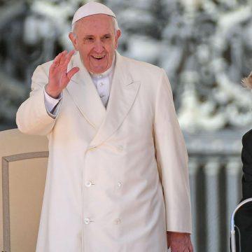 el papa saluda en la audiencia general del 21 de marzo