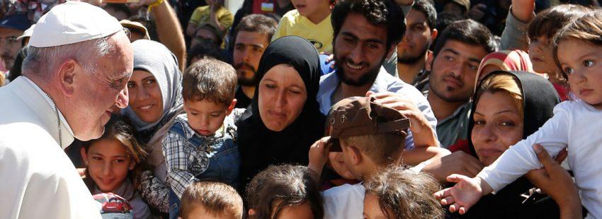 El Papa francisco en Lesbos visitando a refugiados