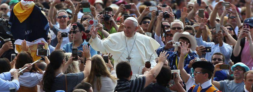 el papa saluda a la multitud congregada en plaza de san pedro seguramente para una audiencia por la pinta