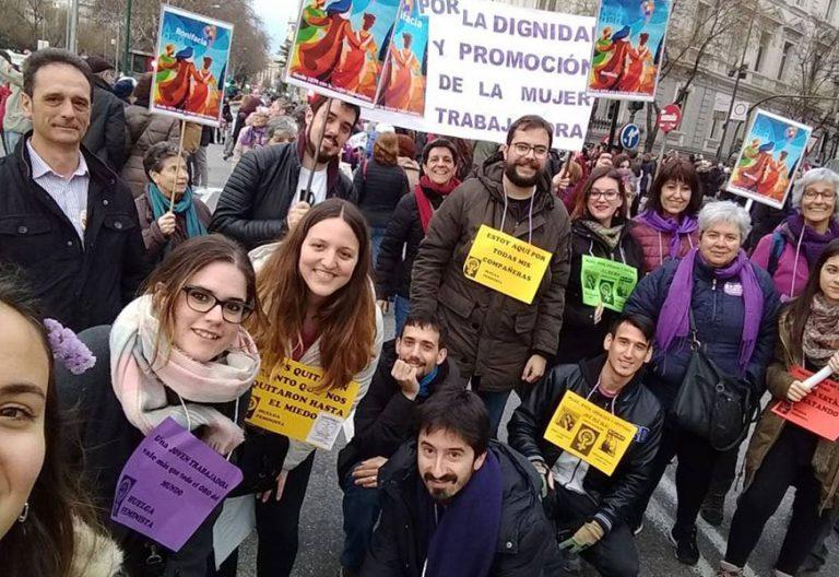 jovenes en manifestacion en cibeles durante la huelga feminista del 8 de marzo