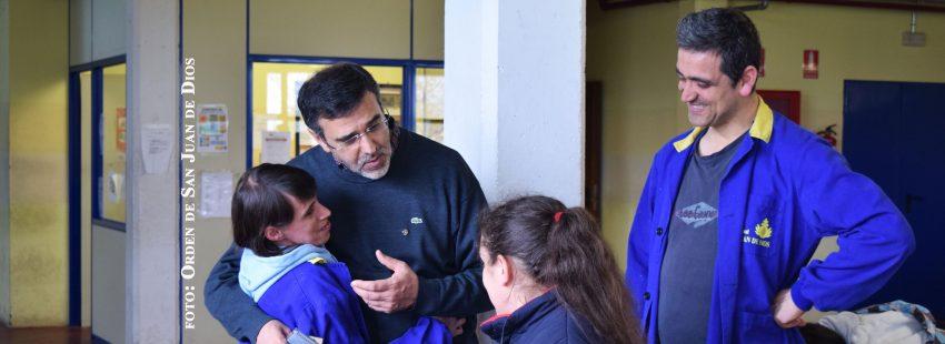 Hermano de San Juan de Dios con jóvenes discapacitados