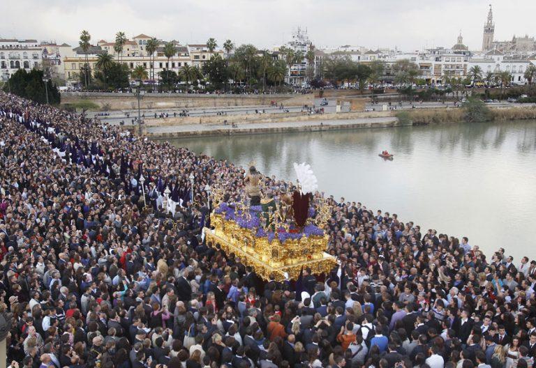 Paso de Semana Santa aravesando el sevillano puente de Triana