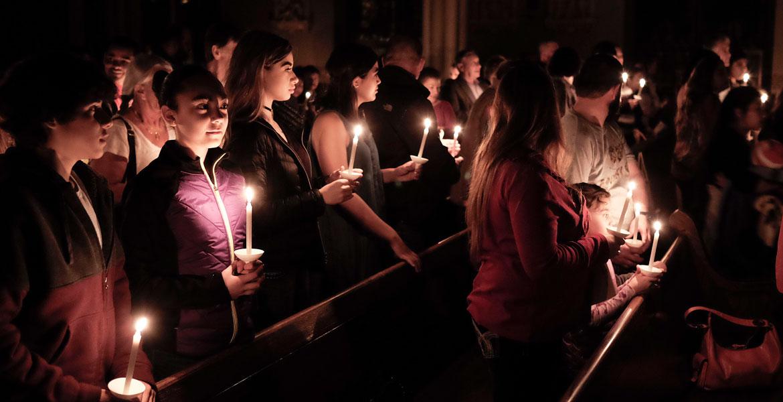 gente en una vigilia pascual en una parroquia de Iowa en Estados Unidos
