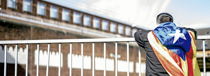 Un hombre con una estelada a las puertas de la prisión de Alemania donde estuvo el ex president Carlos Puigdemont