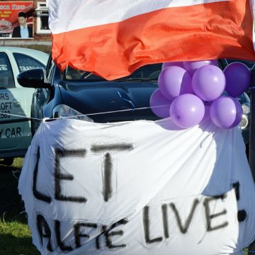 pancarta y globos de manifestantes frente al hospital donde está Alfie Evans ingresado