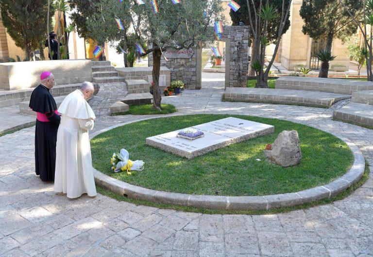 El Papa ante la tumba de Don Tonino, en Alessano