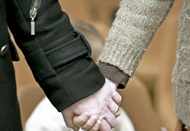 imagen de recurso pareja se da la mano Amoris laetitia