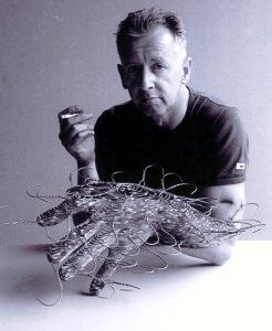 David Mach posando con una de sus obras mientras fuma. no fumes, fumar es malo