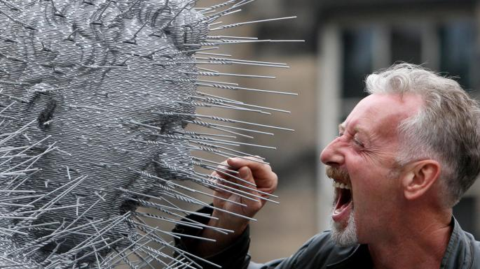 David Mach gritando a una estatua