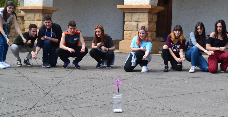 foto de raquel lara de unos jóvenes jugando a algo en la calle