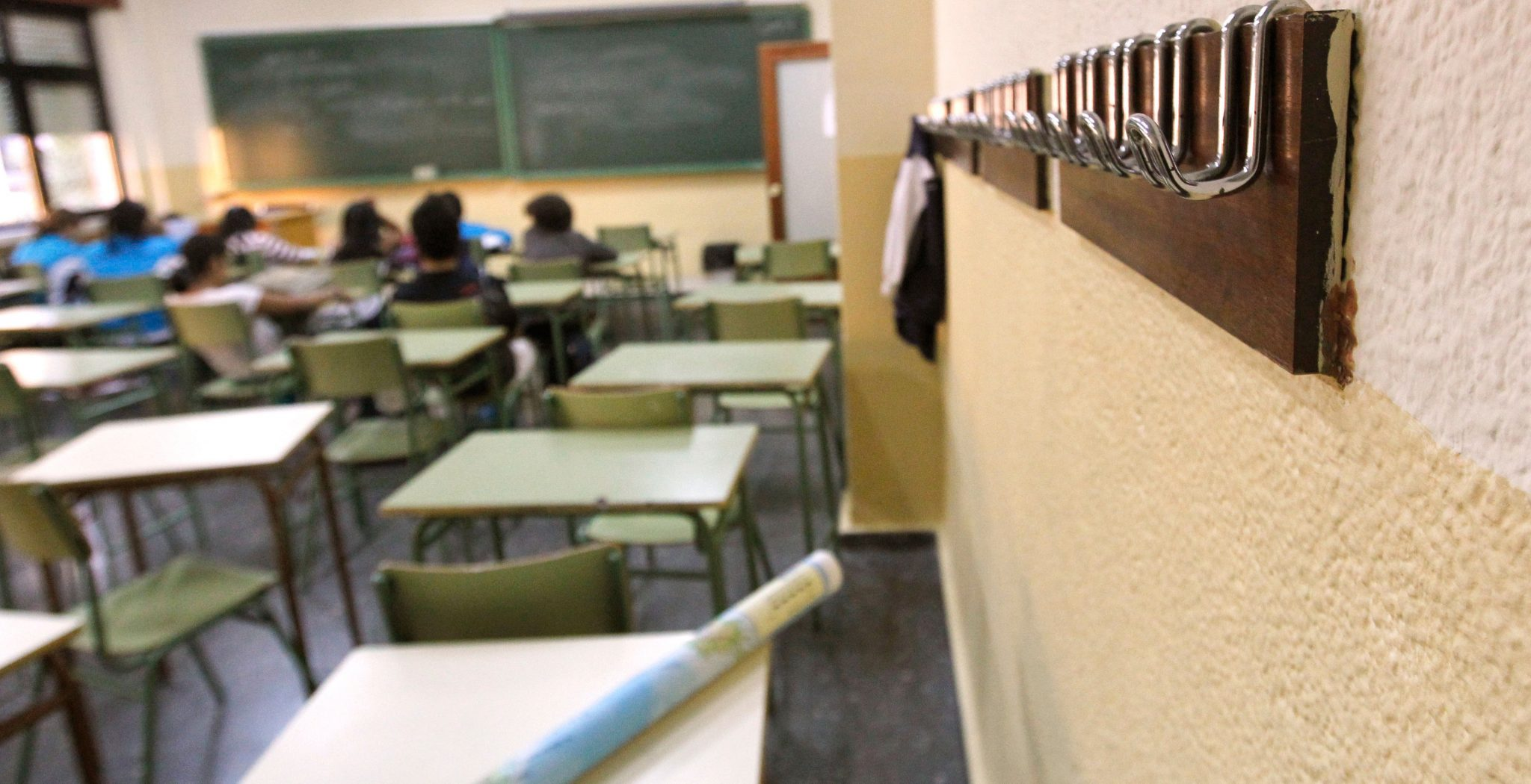 Un aula de un colegio semi vacía