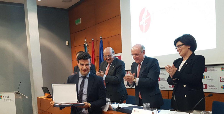 José Beltrán recoge de manos de Carlos Romero el galardón a Miguel Ángel Malavi
