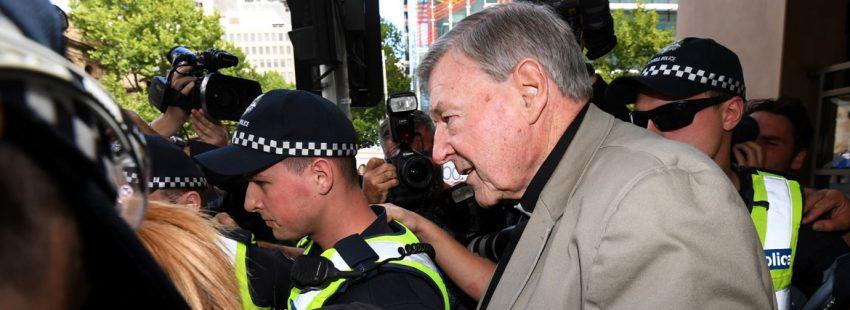 foto del cardenal george pell saliendo del juzgado en australia