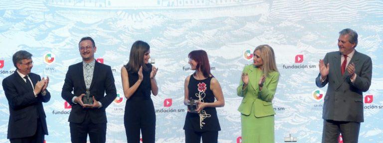 Doña Letizia, en el centro con los galardonados con los premios SM 2018