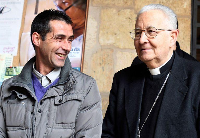 El obispo de León, Julián López, con un interno que paricipó en la procesión de Martes Santo de 2018
