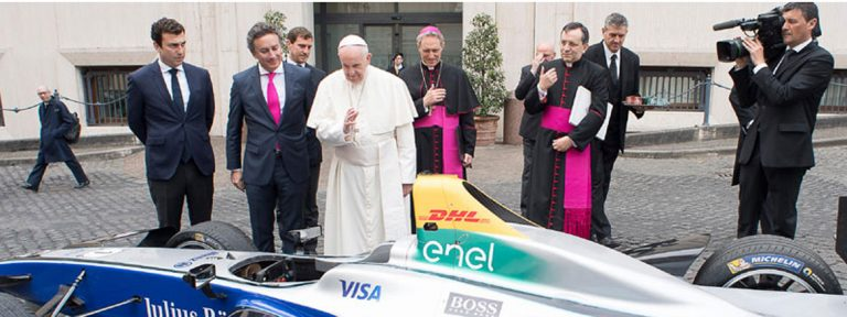 El Papa bendice un formula E en la puerta de su casa. Es como un formula 1 pero en eletrico