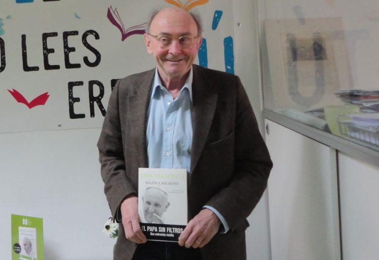 Dominique Wolton posa con su libro en la sede de ediciones encuentro el lunes santo de 2018