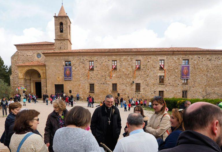 Imagen de archivo del monasterio de N S del Olivar en Teruel en la que se ve también al obispo Antonio Gómez Cantero