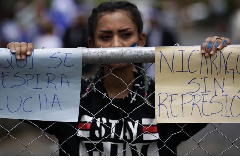 foto de una mujer manifestándose en Nicaragua