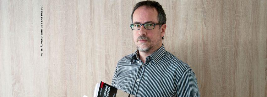 El periodista Juan Ignacio Cortés con su libro 'Lobos con piel de pastor'