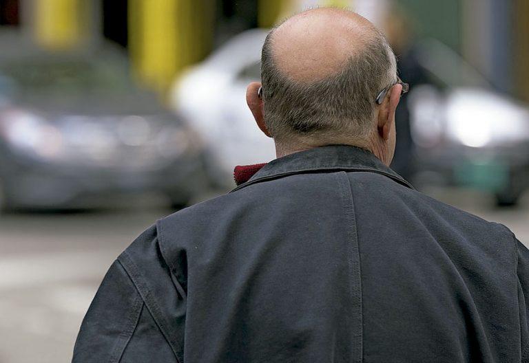 Persona mayor en la calle
