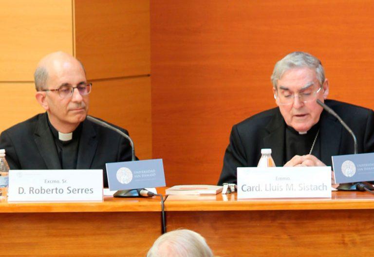 El cardenal Sistach, en la presentación de su libro, ?Las Asociaciones de Fieles' en San Dámaso, en compañía del decano de la Facultad de Derecho Canónico, Roberto Serres, el 22 de mayo de 2018