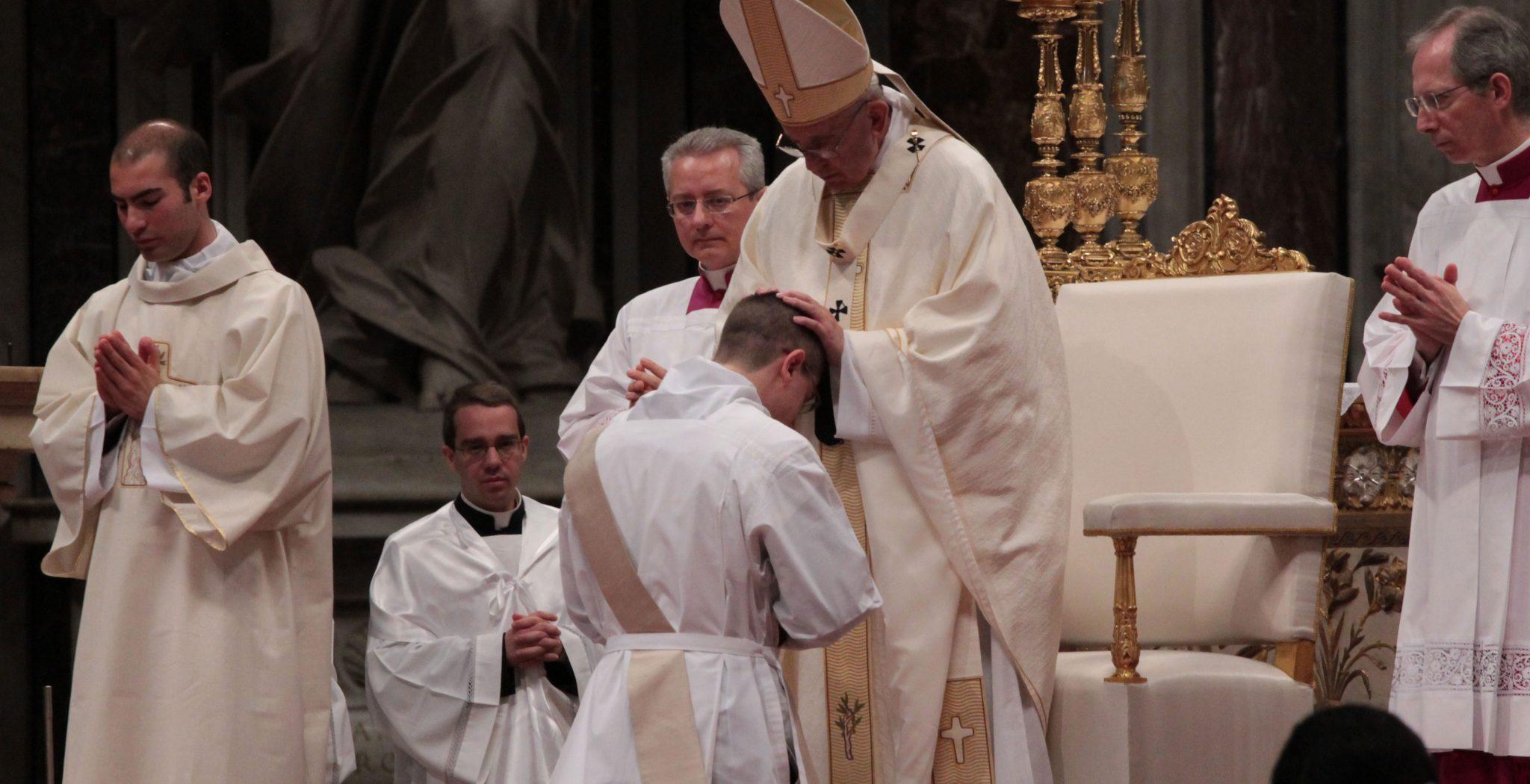 El papa Francisco en una ordenación de diáconos en San Pedro