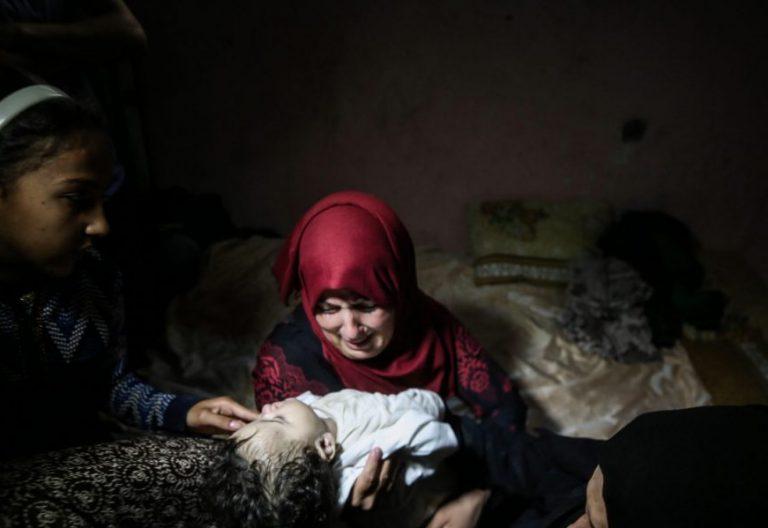 Familiares lloran la muerte de la pequeña Layila al-Ghandour, de ocho meses, fallecida por inhalación de gas lacrimógeno en las protestas contra el traslado de la Embajada de EEUU a Jerusalén