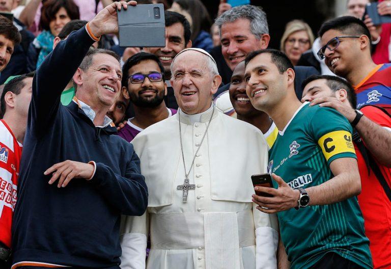 El Papa se fotografía con un grupo en la Audiencia General 23 mayo 2018