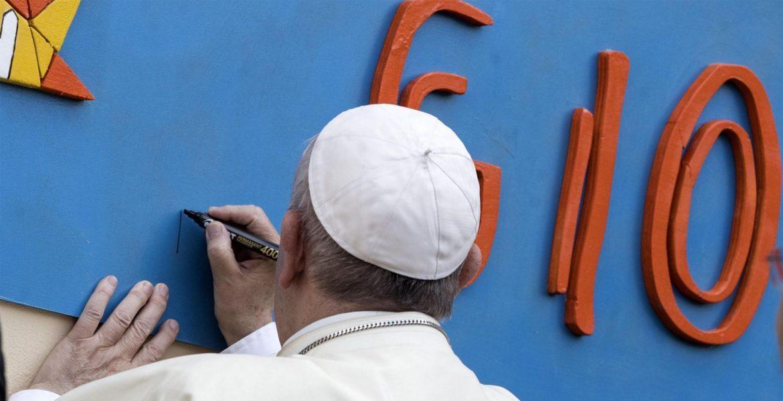 El Papa, durante su visita a la parroquia del Santísimo Sacramento en Roma