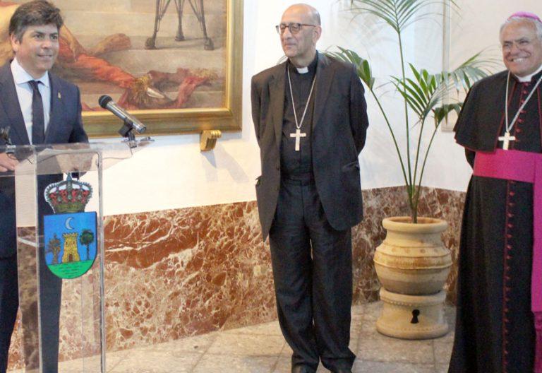 el alcalde de montilla con el cardenal omella y el arzobispo de cordoba ahi anunciando lo de san Juan y tal.