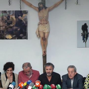 El actor Willy toledo comparece acompañado en San Carlos Borromeo