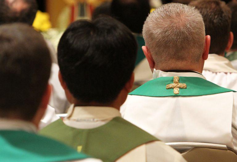Varios sacerdotes durante una celebración