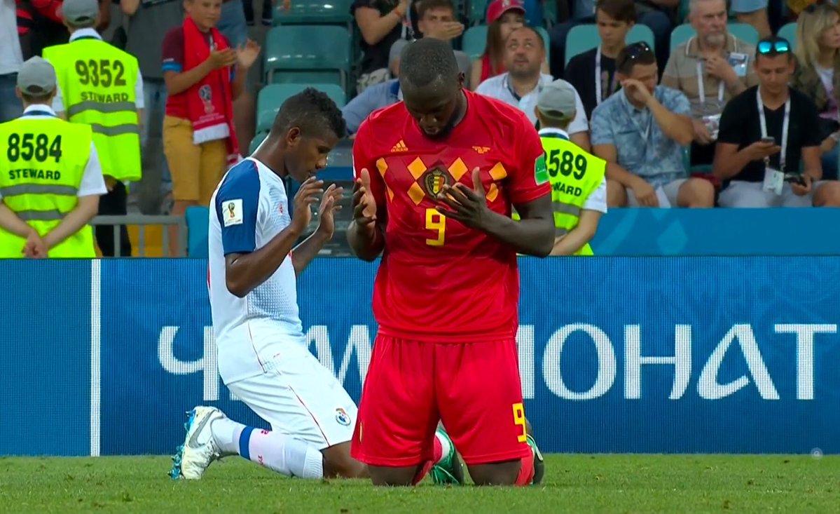 Lukaku y Escobar rezando despues del partido de futbol de sus selecciones en el mundial