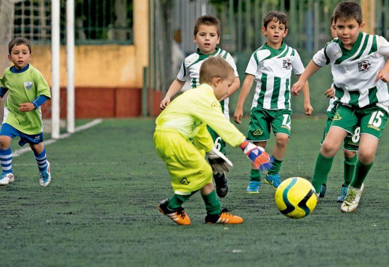 Varios niños de un proyecto de fútbol solidario de los salesianos en Valladolid