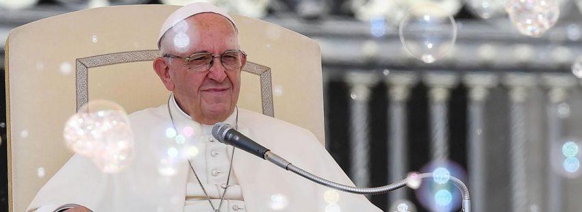 El Papa en la audiencia general viendo a unos artistas de un circo entre pompas de jabon