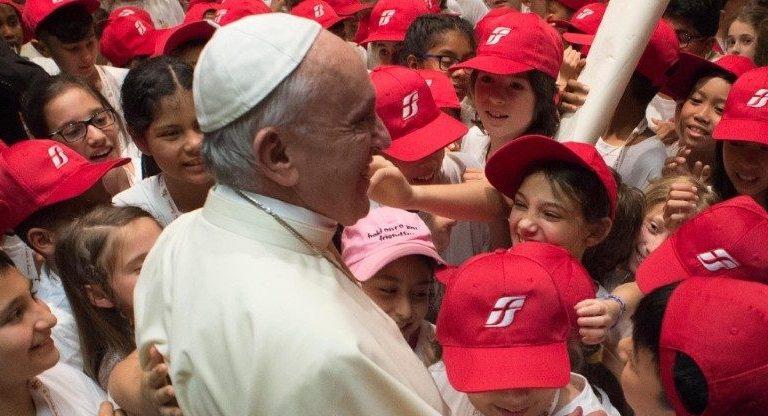 El Papa con niños del 'Tren de los niños'