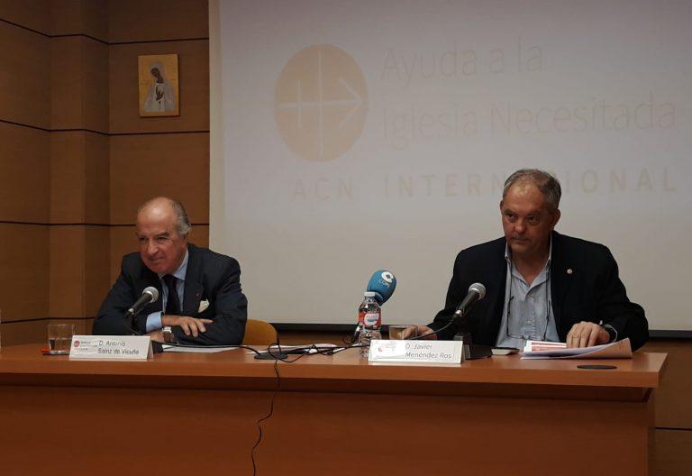 Sáinz de Vicuña y Menéndez Ros, de ACN, presentando la Memoria anual de Actividades
