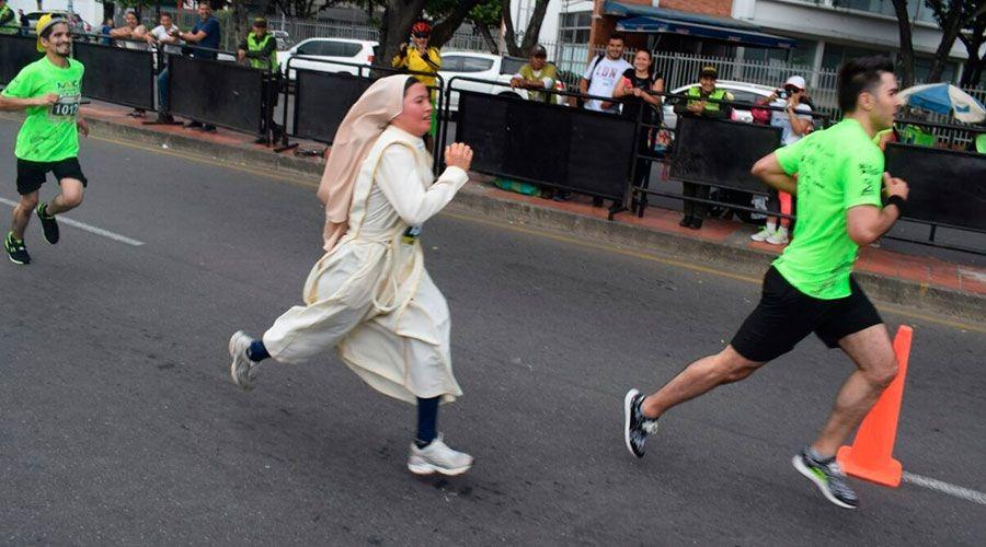 una religiosa de las hermanas trovadoras de la Eucaristía corre en una media maratón con el hábito puesto