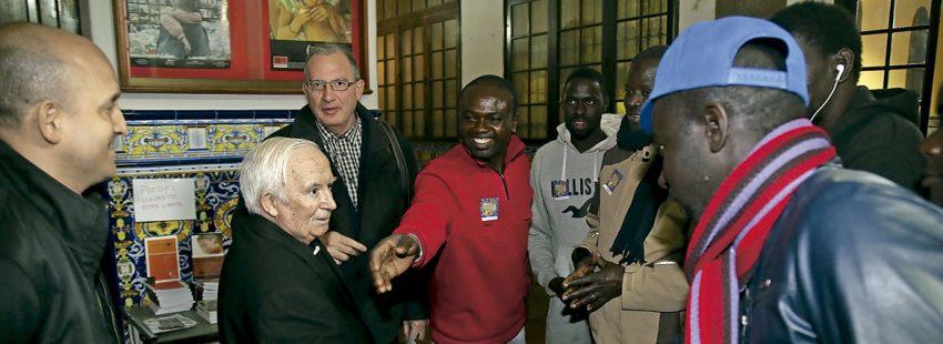 El cardenal arzobispo de Valencia, Antonio Cañizares, saluda a inmigrantes