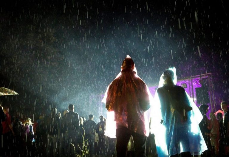 Jóvenes en un festival de música en Hungría/EFE
