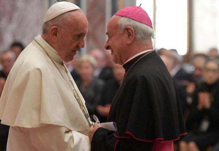 El papa Francisco saluda al arzobispo Vincenzo Paglia
