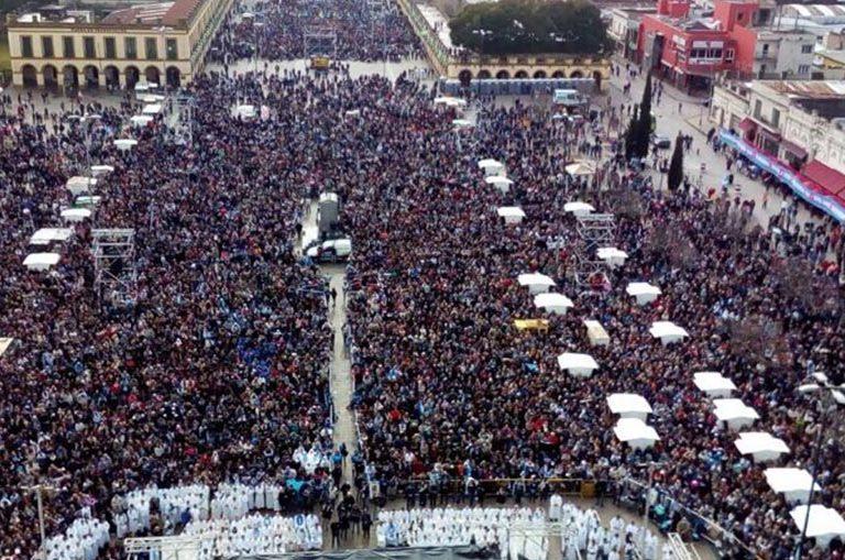 Vista de la misa multitudinaria de Argentina conta el aborto