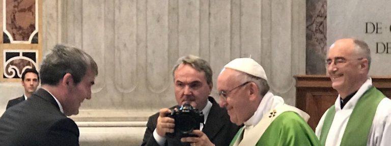 Fernando Clavijo, presidente del Gobierno de Canarias, saluda al papa Francisco