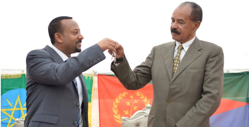 El primer ministro etíope, Abiy Ahmed, y el presidente de Eritrea, Isaias Afewerki, en Adís Abeba, durante la reapertura de la embajada eritrea en la capital etíope, el 16 de julio