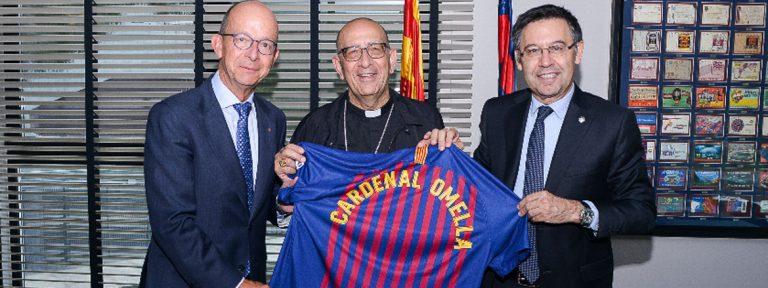 Juan José Omella recibe una camiseta del Barça en una visita a su fndacion de manos del presidente del club Bartomeu